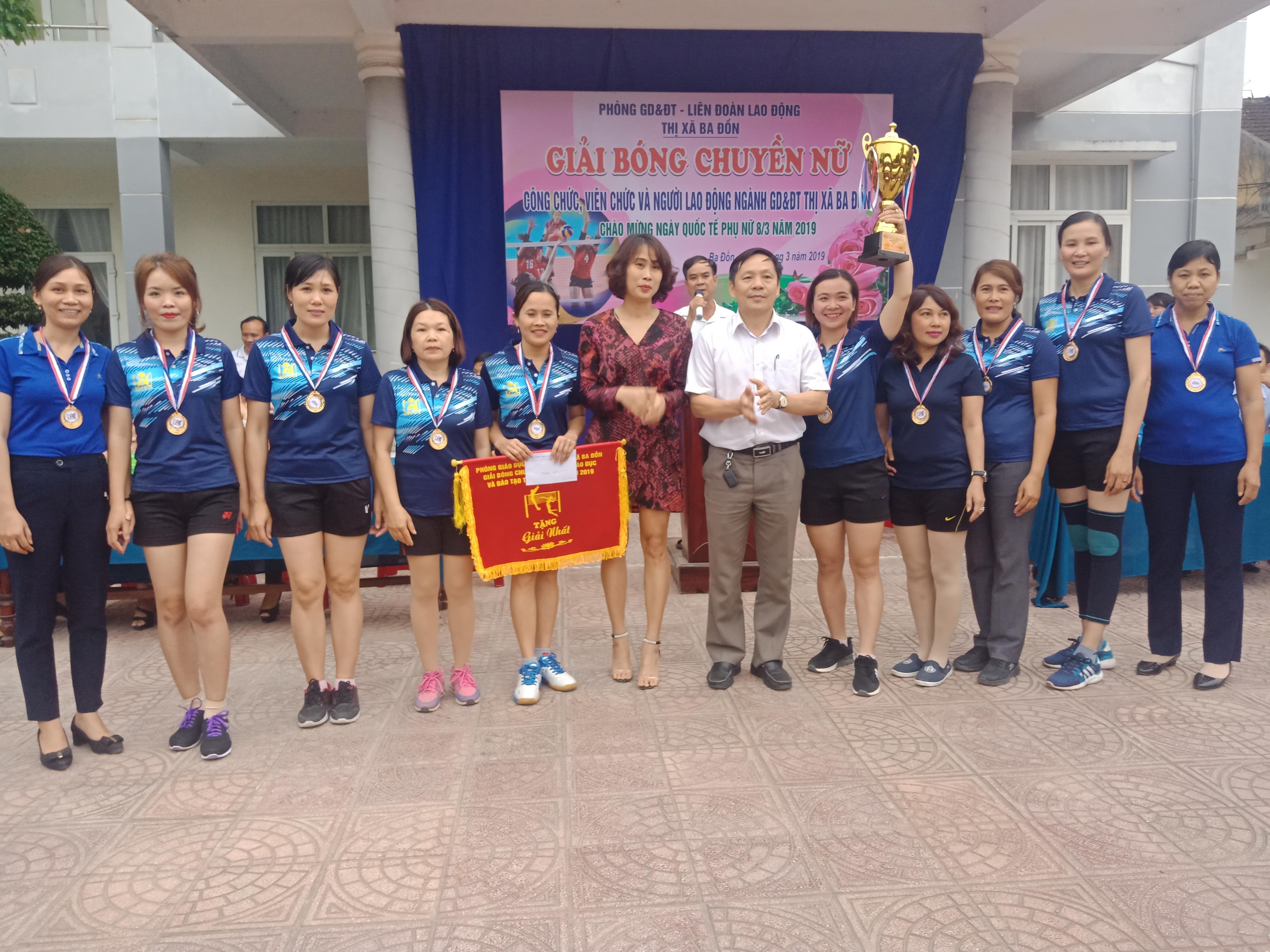 Đội bóng nữ trường TH Quảng Minh A tại giải bóng chuyền nữ cấp thị xã